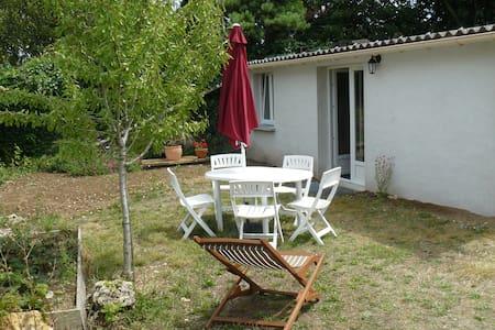 Petite maison au fond d'un jardin - Tonnay-Charente - Rumah
