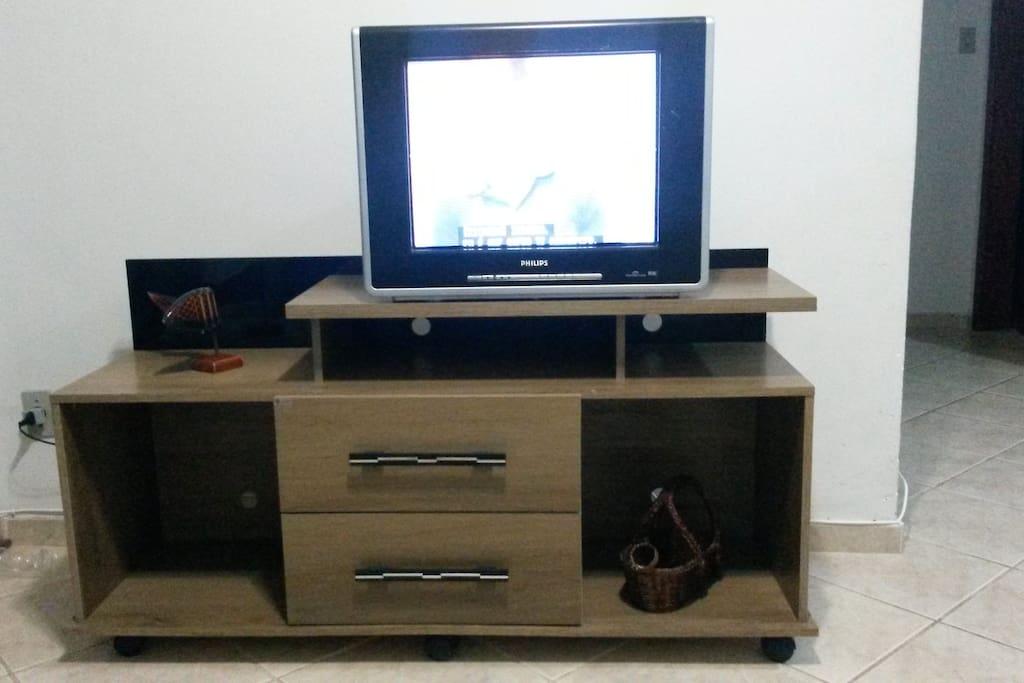 Rack com televisao com sky com pacote de brasileirão e telecines.
