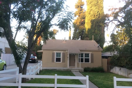 Large 1 bedroom, 2 bath home by downtown Redlands - Redlands - Dom
