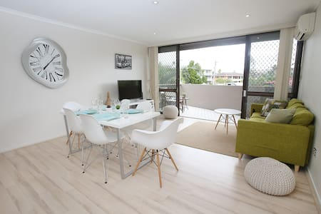Brand new to the market, a trendy, spacious 3 bedroom apartment located within a short 10 minute stroll to central Surfers Paradise, the beach, the new light rail and Chevron Village shops.