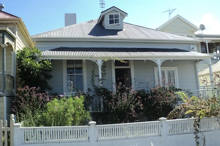 Large dble bedroom in Freemans Bay - Bed & Breakfast
