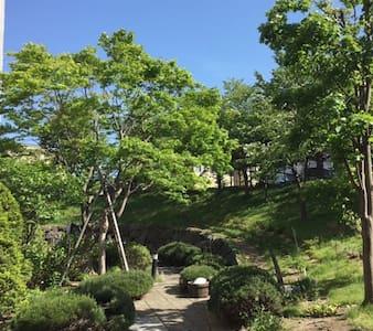 Quiet room with large garden, American hosts - Bed & Breakfast