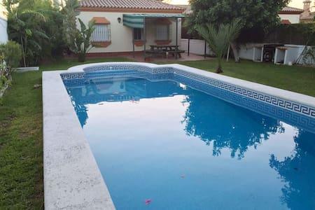 Chalet con piscina recién reformado a estrenar - House