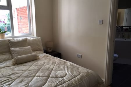 Modern ensuite double room in Solihull - Solihull
