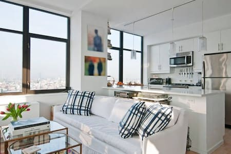 In S. Williamsburg's waterfront district; one of Brooklyn's most culturally exciting, hip neighborhoods. Chic spacious apt: queen sized bed, ensuite bathroom. Postcard views of the Manhattan skyline & East River from all rooms! One stop to Manhattan.