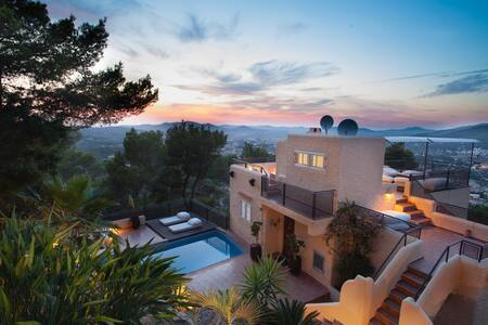 3 ROOMS IN VILLA WITH STUNNING SEA VIEW - House