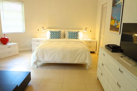 Beautiful 1 bed, 1mn from the beach