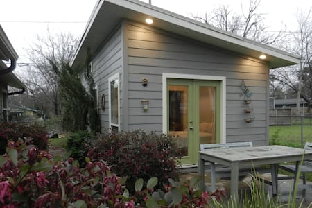 Modern South Austin Micro-Unit - Rumah