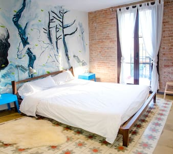 Newly renovated 2 bedroom/bathroom apartment. The apartment features two large balconies either side as well as a large lounge/kitchen area, fully equipped with everything you might need.  The flat is located in the central district of l'Eixample.