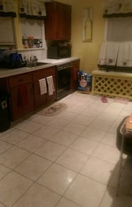 Private cozy room with 1/2 bath near SNHU - Manchester - Dom