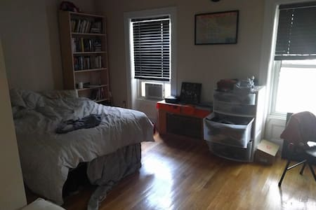 Affordable sunny room w/ queen bed & common space - Brooklyn - Apartment