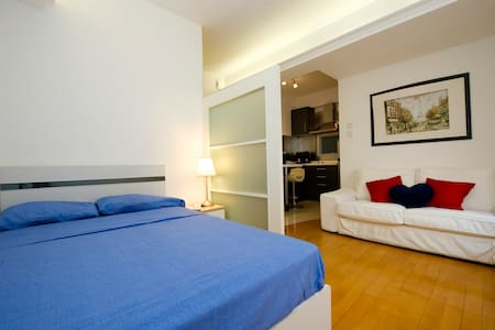 This one-bedroom apartment is ideally located in Causeway Bay, 3 stops from Central by MTR. It is right above Fashion Walk, the fashion shopping center of Hong Kong island! Quiet flat, ideal for a rest after a long day shopping and exploring!