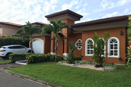 2 minutes to beach gated community - Casa