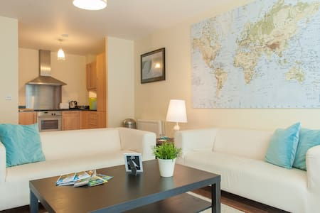 Beautiful newly refurbished apartment to rent in the centre of Dublin city! This spacious apartment is situated on the second floor of a modern apartment building in the heart of Smithfield.