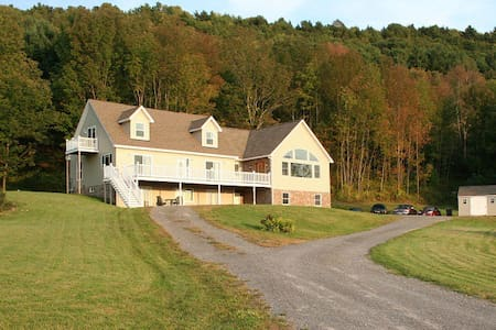 Apt for 5 overlooks Canadarago Lake - Byt