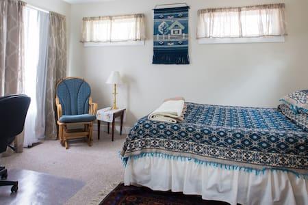 Cozy, private suite & kitchenette near the river - Ház