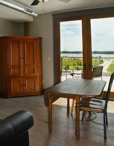Nice!! - Studio loft w/ river view - Alton