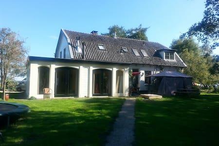 Ground house 12 km. Utrecht. - Ház