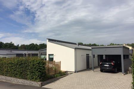 Modern villa med trädgård nära allt - Varberg - House
