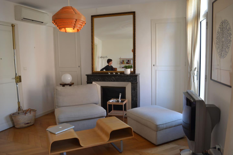 Salon très lumineux, clim réversible, tv, internet. Vue imprenable sur le Castillet!