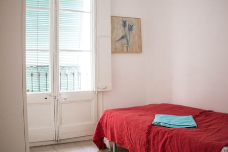 Very comfortable room with the balcony in the heart of Barcelona for one person!  Very comfortable location, everything in walking distance, 5 min to metro Jaume 1, the appartment have evrything you need for comfortable stay, Wi fi