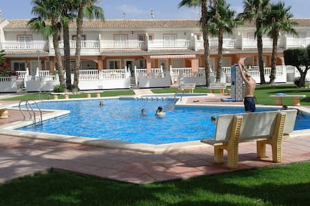 Great spacious holiday house with communal pool - Huis