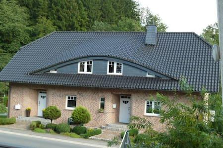 Moderne große Ferienwohnung mit  Balkon 1- 6 Pers. - Lindlar - Apartamento