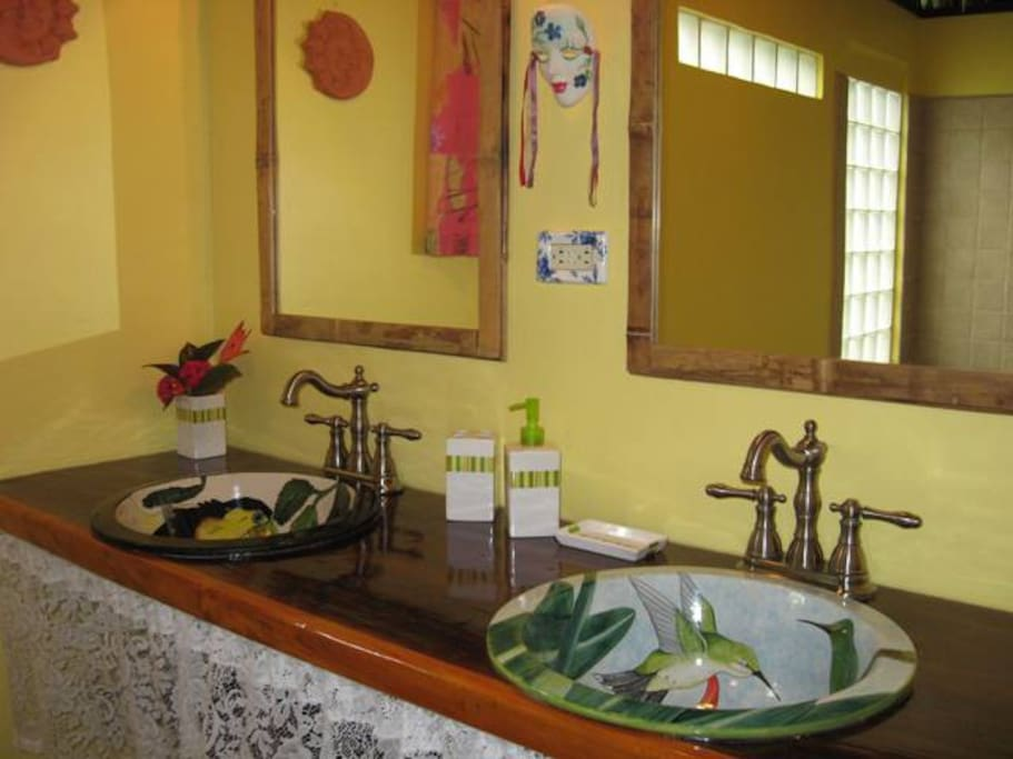 Double sinks with superior hardware