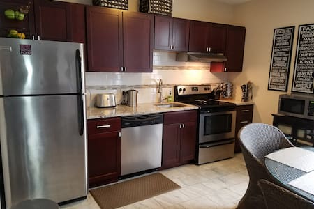 Sunny renovated 1 bed in friendly East Boston - Lakás