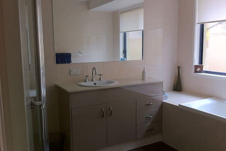 Close to Griffith University Hosp - Molendinar - Maison