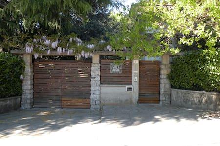 camera sing. in b&b - villa  con ampio giardino - Varese - Bed & Breakfast