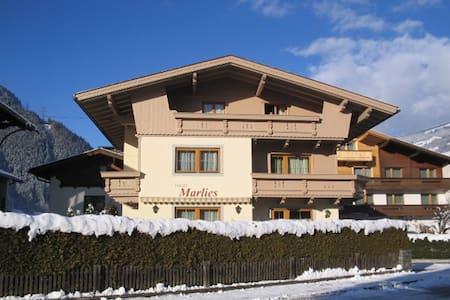 charmantes Apartment im Zillertal - Lakás