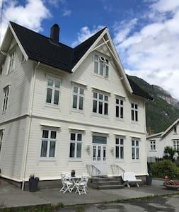 Hellesylt town center, Geiranger-fjord - Leilighet