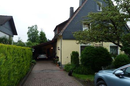 Zimmer mit eigenem Bad im Einfamilienhaus - Kreuztal - Casa