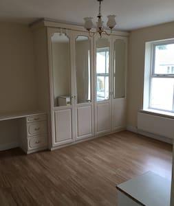 En-suite bedroom  oom - Crawley - Hus