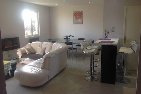 Charmante maison au calme - Dům