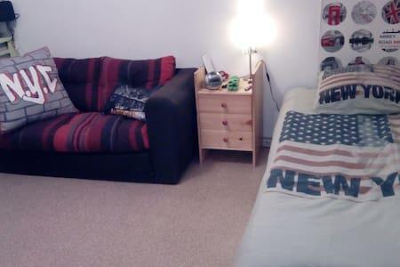 Chambre calme dans appartement bordure de forêt - Petit-Couronne - Wohnung