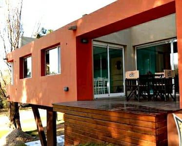 Moderna Casa Bosque Lomas de Valeria - Hus