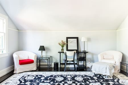 Light, airy, clean L.A. single, upstairs apt. - Los Angeles - House