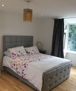 Double bedroom with own wet room - Bungalou