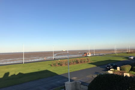 Double in a family home by the sea - Meols - Casa