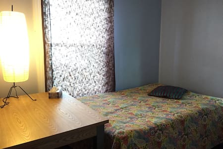 Cozy room only 12min walk downtown - Дом