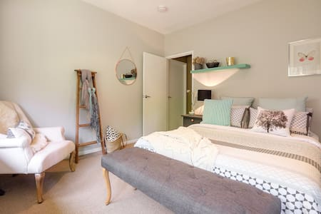 Quaint, contemporary bedroom in leafy Brookfield - Maison