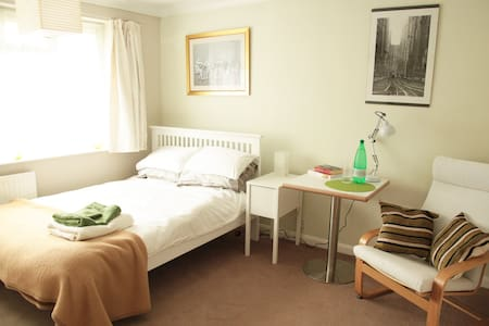 Lge modern double room in quiet home - Chalfont Saint Peter - Rumah