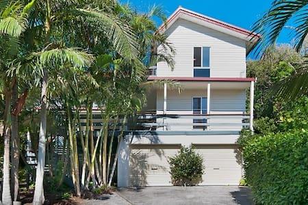 Wategos Beach House - Talo