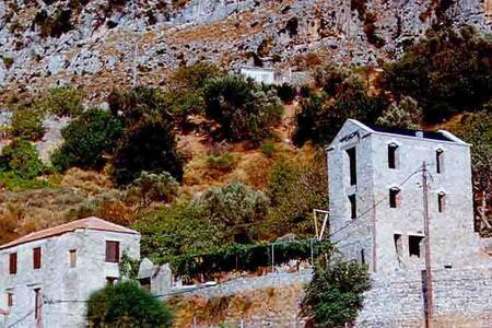 Ιστορικό Αρχοντικό με αυλή και θέα