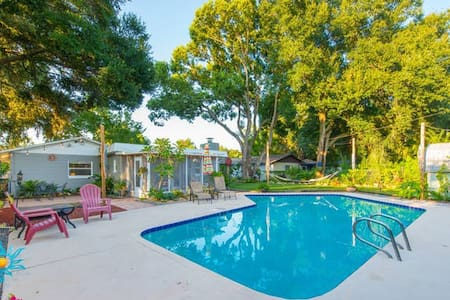 Beautiful Pool Home with a Backyard Paradise - Orlando
