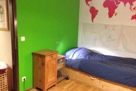 ruhiges Zimmer in Künstler WG - München - Huis