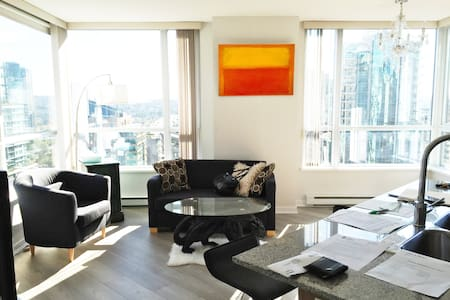 Large Corner Apartment right in the center of the action. - Vancouver - Apartment