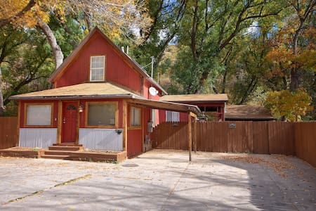 River Access Home in Downtown Manitou Springs - Manitou Springs - 단독주택